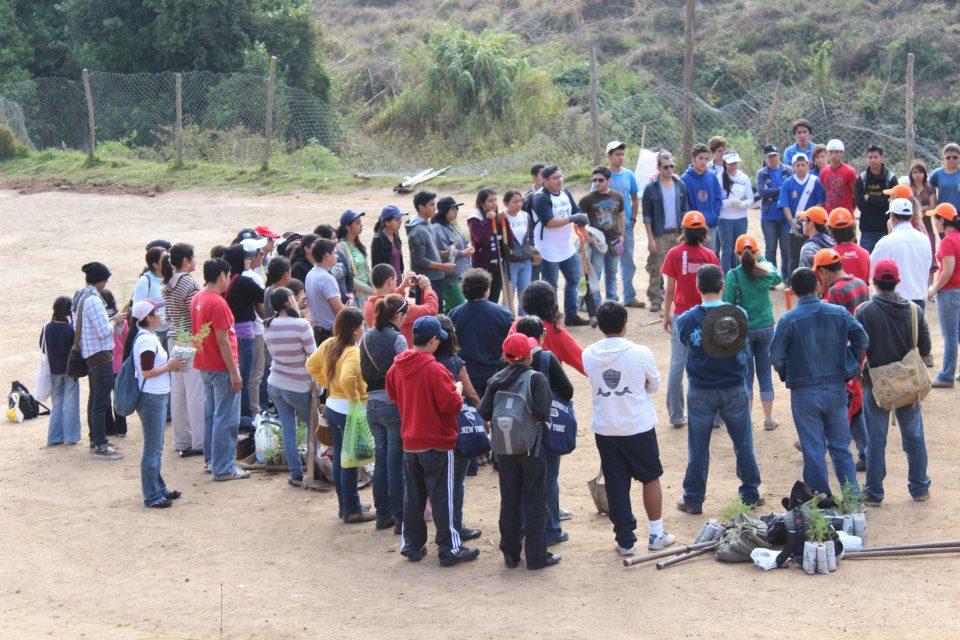 Plantemos 1000 Árboles - Segunda siembra - voluntarios con niños vecinos al terreno de la siembra - Mae Guzmán - Gloria Alvarez - Jose Carlos Moreno - Guatemala